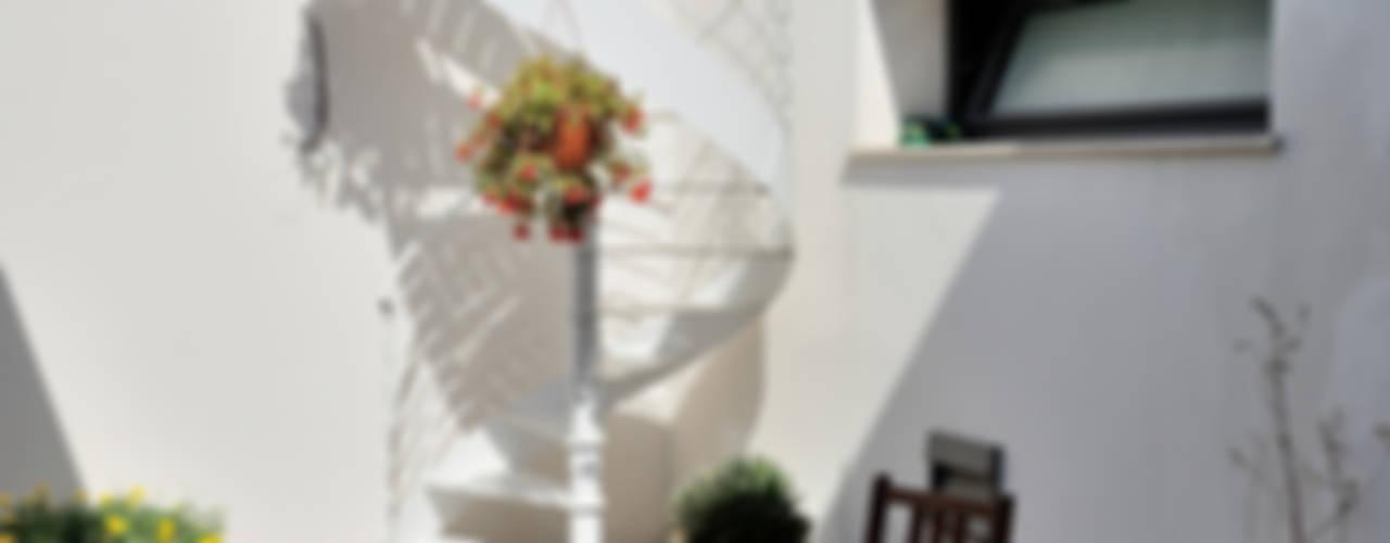 Sangervasio Loft Balcone, Veranda & Terrazza in stile industriale di Massimo Adiansi Architetto Industrial