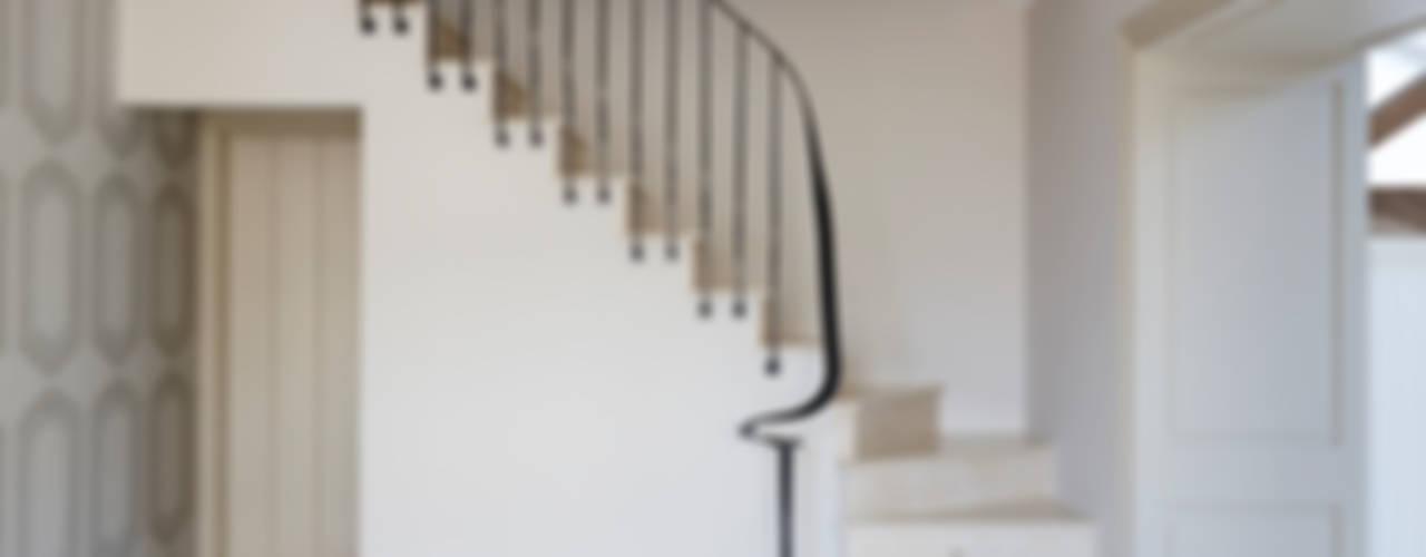 Rustic Barn Conversion Balustrade 4211 Bisca Staircases Ingresso, Corridoio & Scale in stile classico