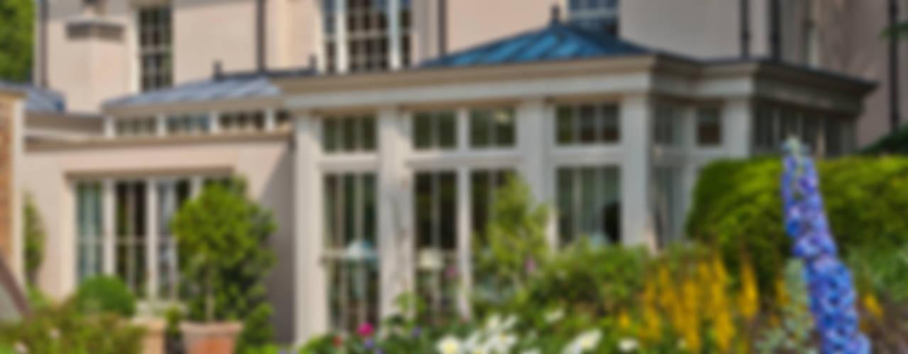 Orangery with Bi-fold Doors Jardines de invierno de estilo clásico de Vale Garden Houses Clásico