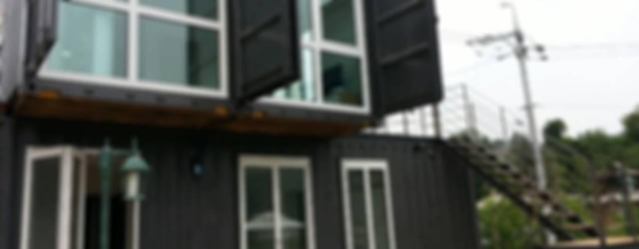 Puertas y ventanas de estilo moderno de 큐브디자인 건축사사무소 Moderno