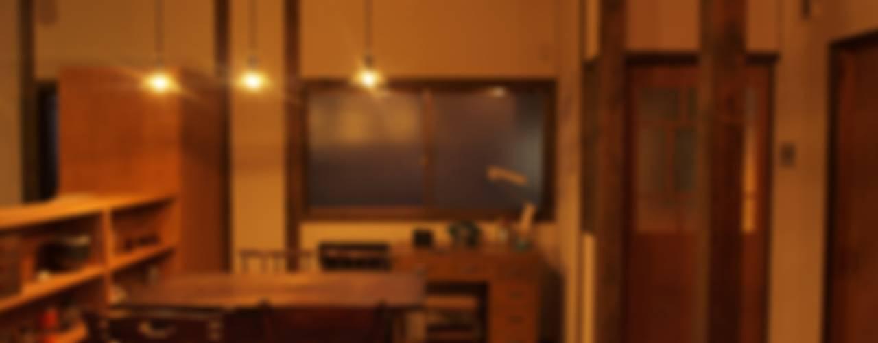 夜のダイニングキッチン1: SKY Lab 関谷建築研究所が手掛けたです。