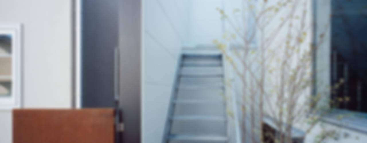 エントランステラス: 津野建築設計室/troomが手掛けたテラス・ベランダです。