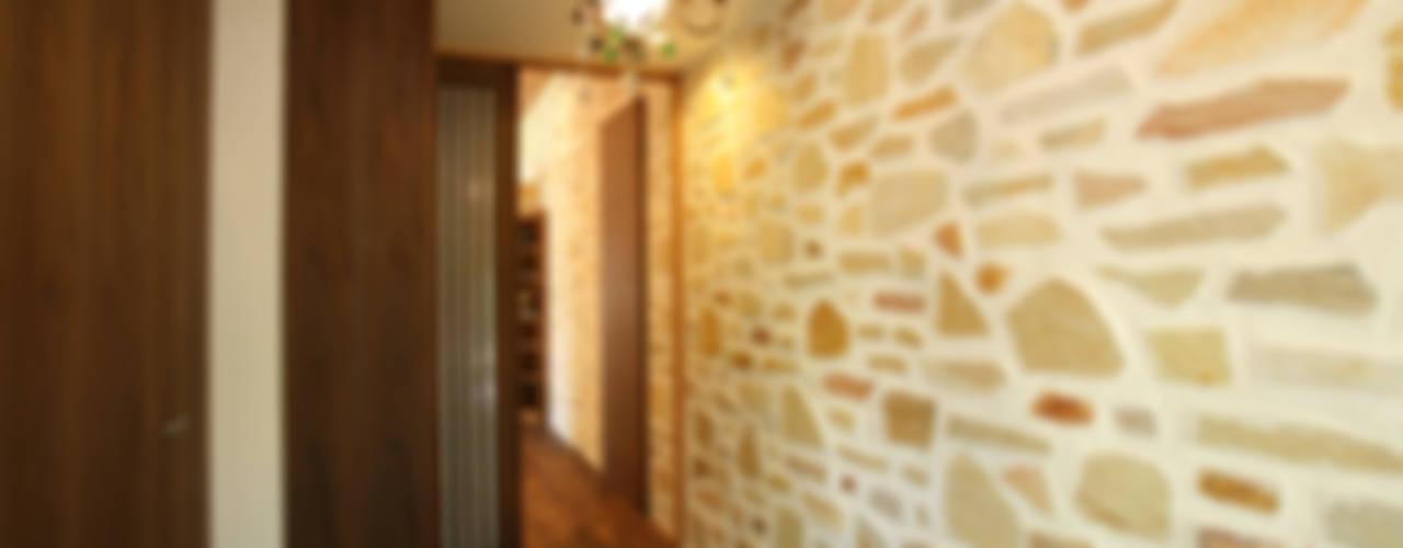 Pasillos y hall de entrada de estilo  por 一級建築士事務所 アトリエ カムイ