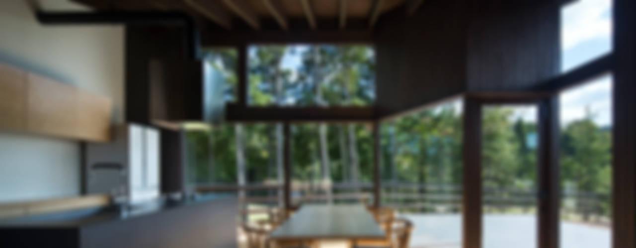 Sala da pranzo moderna di 設計組織DNA Moderno