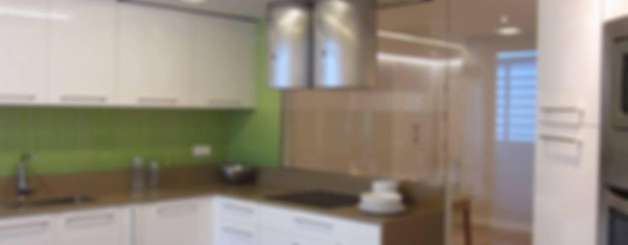 Una cocina transparente y luminosa Cocinas de estilo moderno de teese interiorismo Moderno