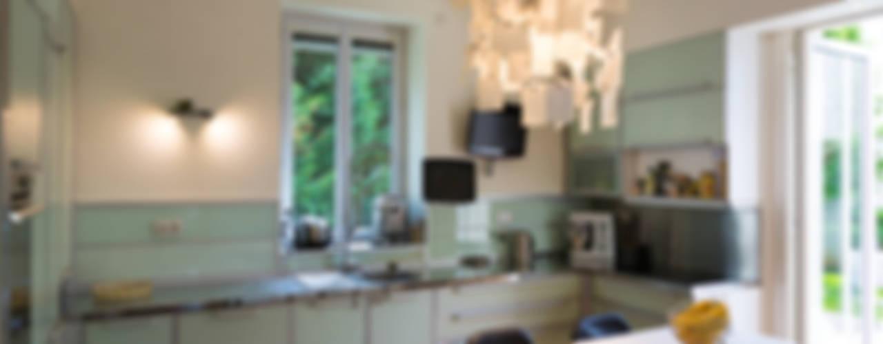 Un écrin pour oeuvres d'art Cuisine moderne par Agence d'architecture intérieure Laurence Faure Moderne