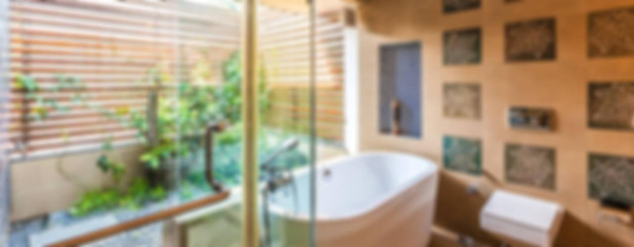 Banheiros ecléticos por Kumar Moorthy & Associates Eclético