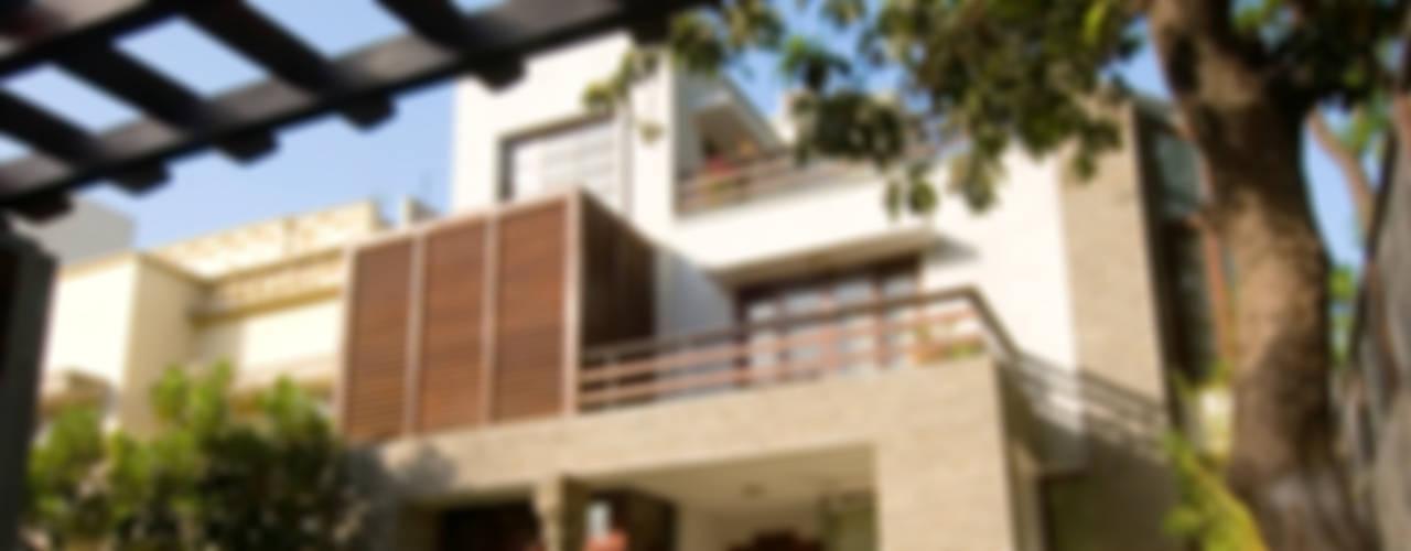B Residence Modern houses by Kumar Moorthy & Associates Modern