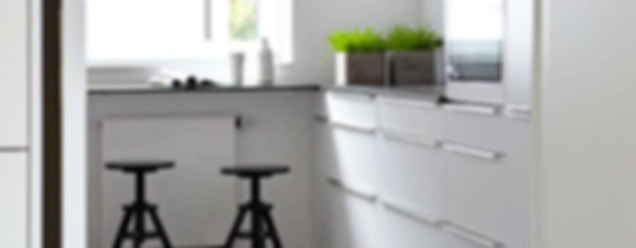 Cocinas pequeñas de estilo  por Kristina Steinmetz Design