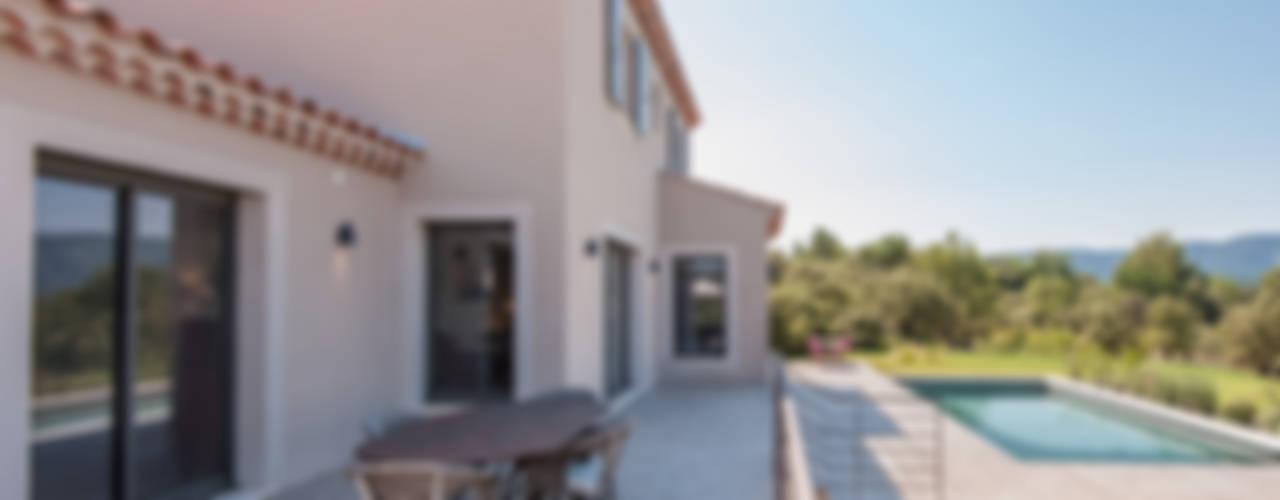 Maison avec vue à couper le souffle Balcon, Veranda & Terrasse modernes par Pixcity Moderne