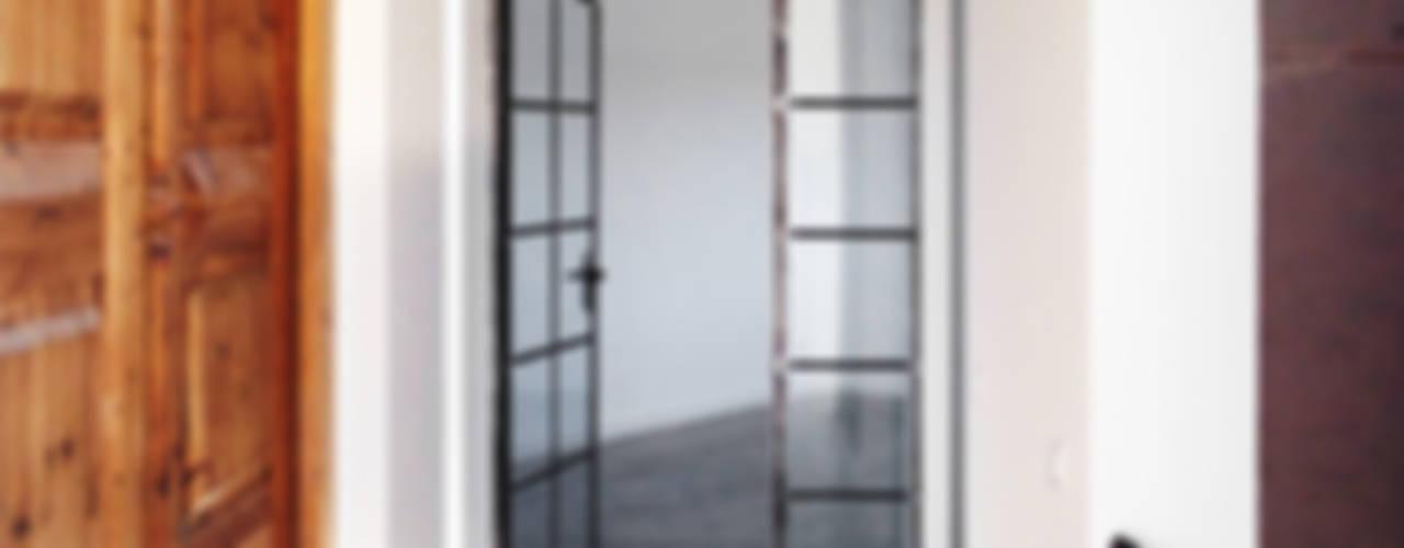 Pasillos y vestíbulos de estilo  por 08023 Architects