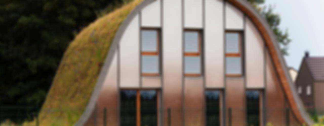 La maison vague, comme un terrain vague en été: Maisons de style  par Patrick Nadeau