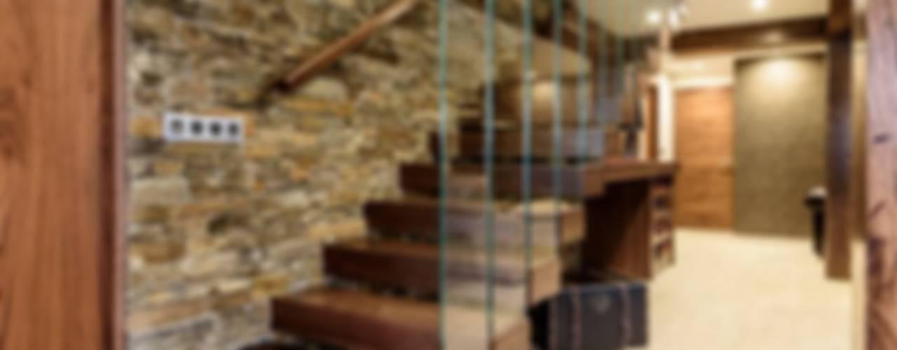 Pasillos, vestíbulos y escaleras modernos de Indire Reformas S.L. Moderno