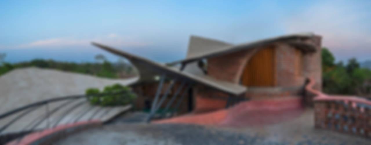 Casas de estilo tropical de iSTUDIO Architecture Tropical