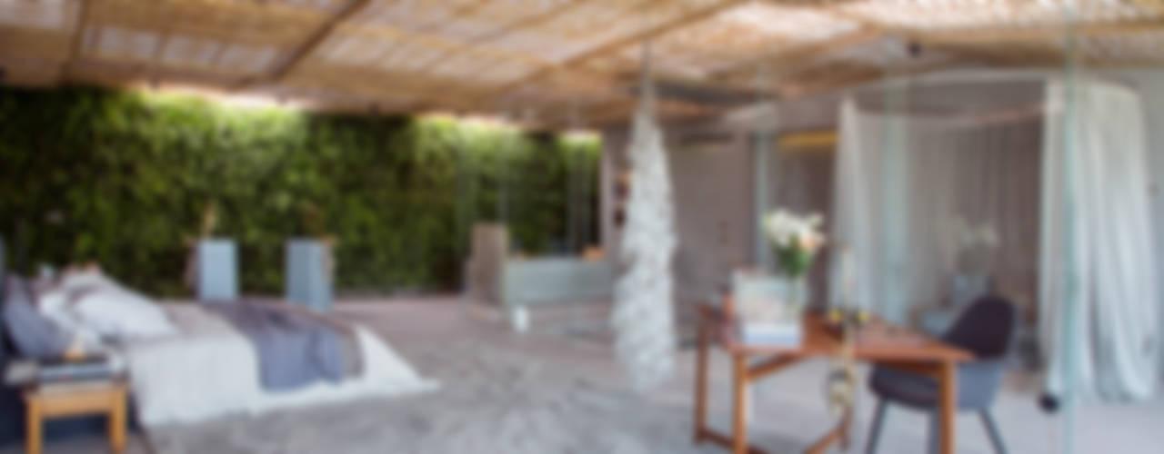 Loft Tropical - Casa Cor 2014: Quartos  por Gisele Taranto Arquitetura