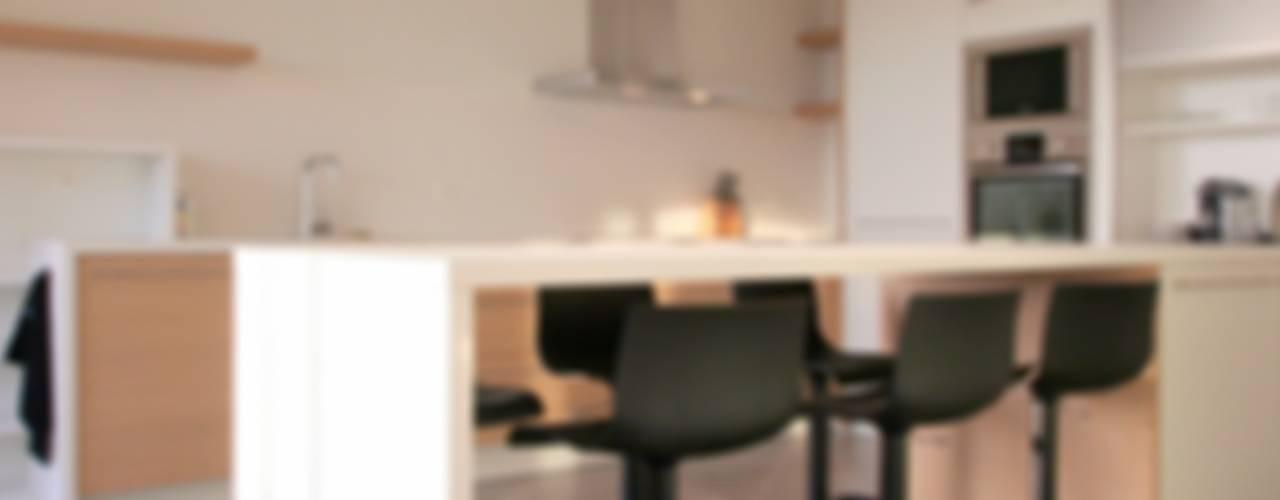 Appartement à Cannes meublé entièrement par wm: Cuisine de style  par WM