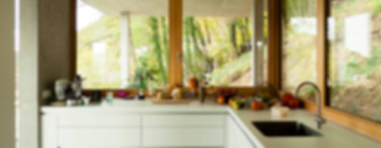 Wohnhaus am Hang, Wyhlen Moderne Küchen von GIAN SALIS ARCHITEKT Modern