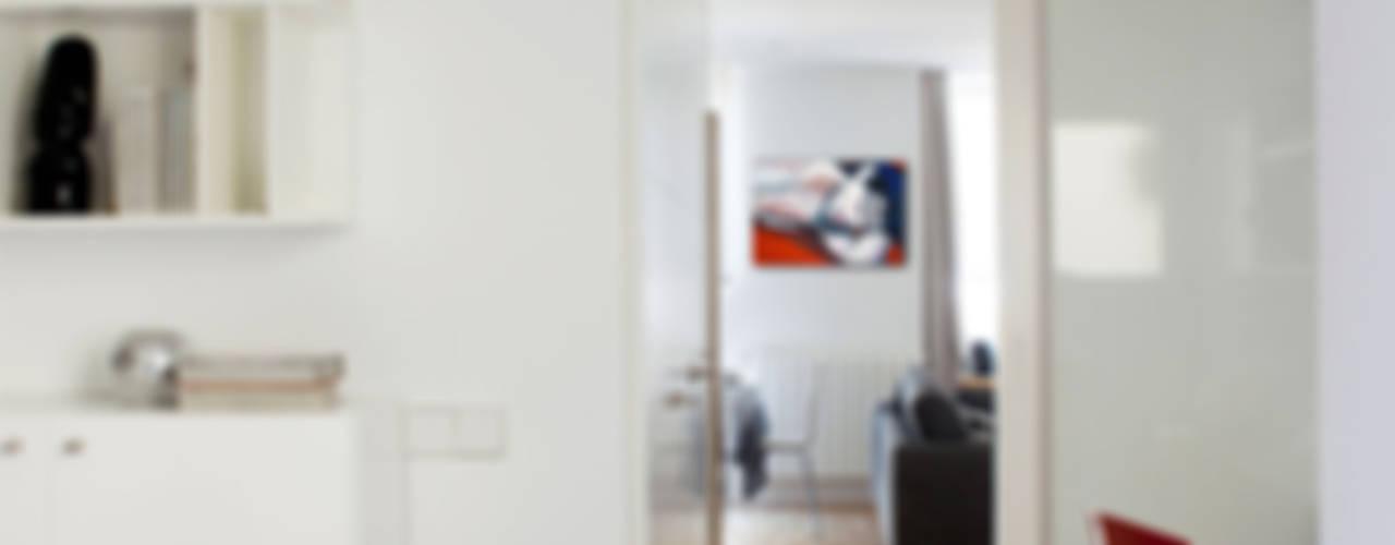 VIVIENDA ARGÜELLES Pasillos, vestíbulos y escaleras de estilo minimalista de Interiorismo Paloma Angulo Minimalista