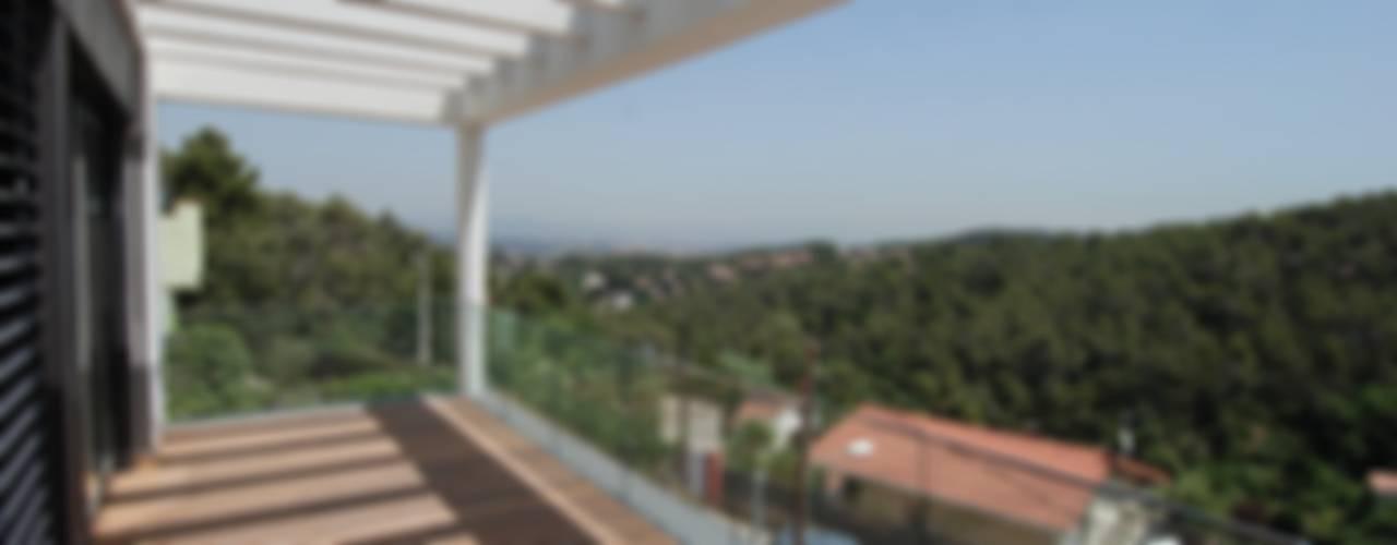 Vivienda unifamiliar La Floresta Balcones y terrazas de estilo moderno de FG ARQUITECTES Moderno