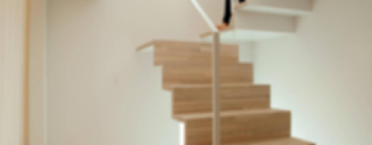 Black & White BOX モダンスタイルの 玄関&廊下&階段 の 一級建築士事務所 Atelier Casa モダン