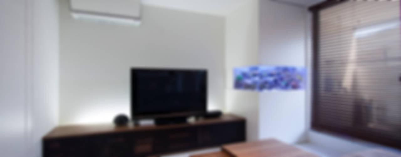 癒しのアクアリウムのある家: ラブデザインホームズ/LOVE DESIGN HOMESが手掛けた家です。,モダン
