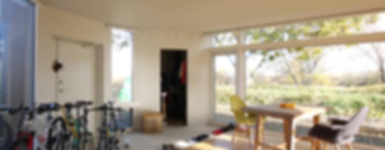 KAME HOUSE モダンデザインの リビング の エム・アンド・オー モダン
