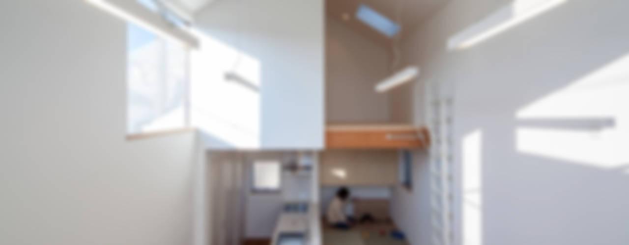 カタピラ/京都の変形狭小地に建つ住宅: 片岡英和建築研究室が手掛けた家です。,モダン