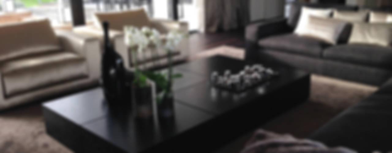 Moderne villa Noord Holland: strak van buiten, warm van binnen!:  Woonkamer door choc studio interieur,
