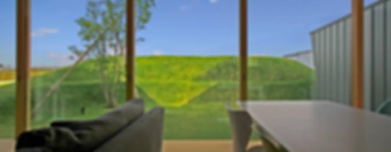 エンガワとドテのイエ: WAA ARCHITECTS 一級建築士事務所が手掛けた窓です。,モダン