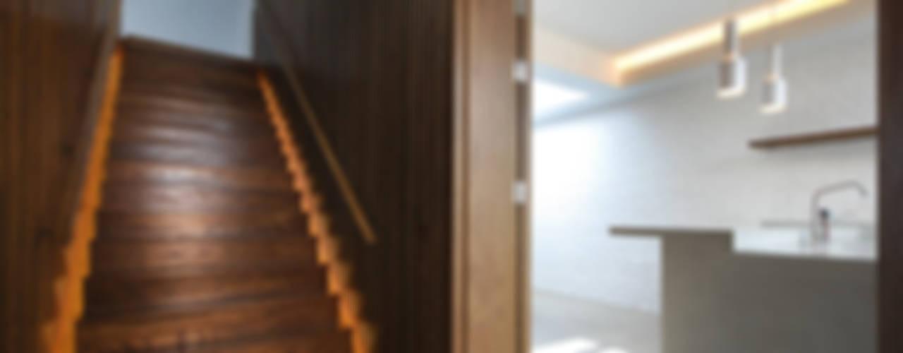 The Gables Pasillos, vestíbulos y escaleras de estilo moderno de Patalab Architecture Moderno