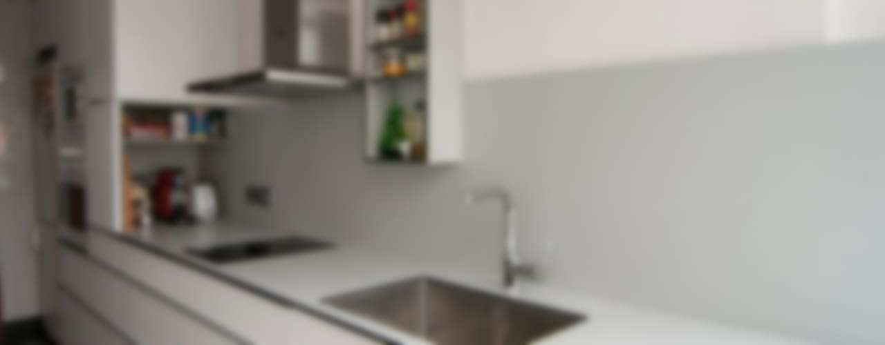 Cocina en blanco Cocinas de estilo moderno de Trestrastos Moderno