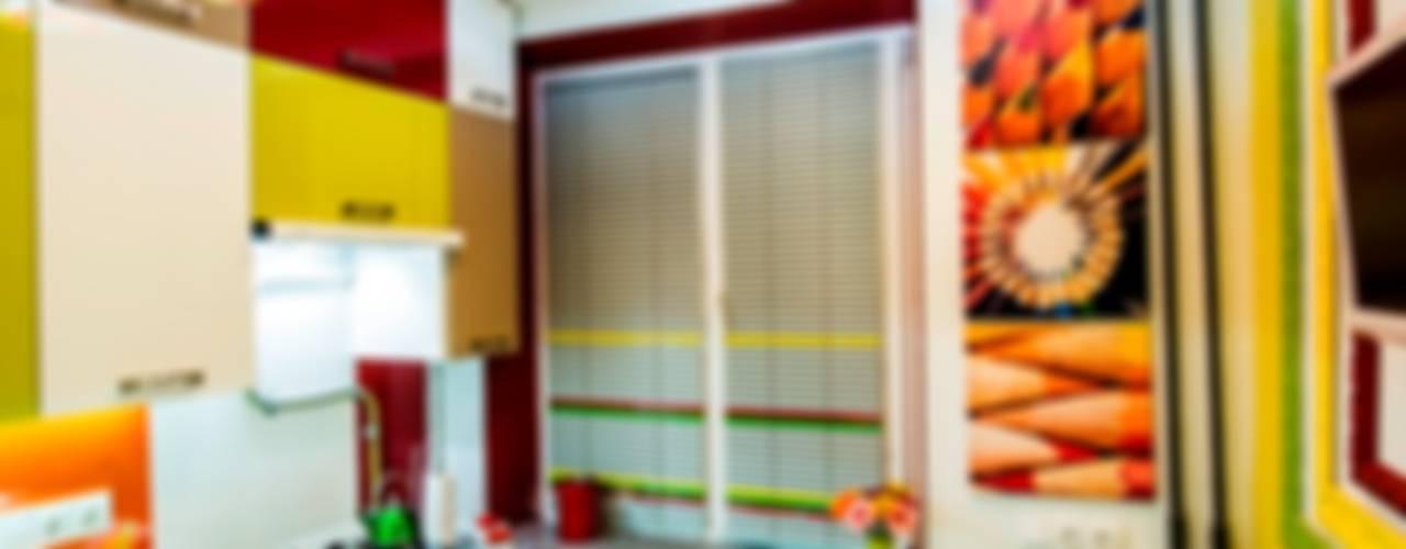 Яркая кухня-трансформер площадью 6 кв.м.: Кухни в . Автор – Сделано со вкусом на ТНТ,