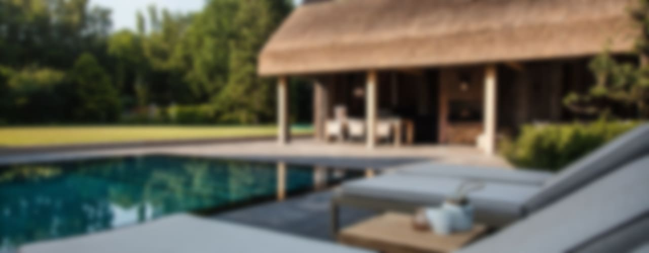Wellnesstuin verbonden met het omliggende landschap:  Zwembad door Studio REDD exclusieve tuinen, Modern