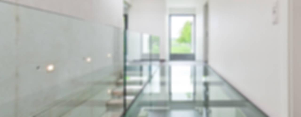 Modernes Haus mit Luftraum und Glassteg Moderner Flur, Diele & Treppenhaus von Beck+Blüm-Beck Architekten Modern