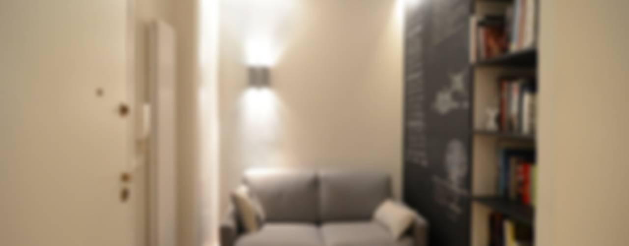 Minimalistyczny salon od ministudio architetti Minimalistyczny