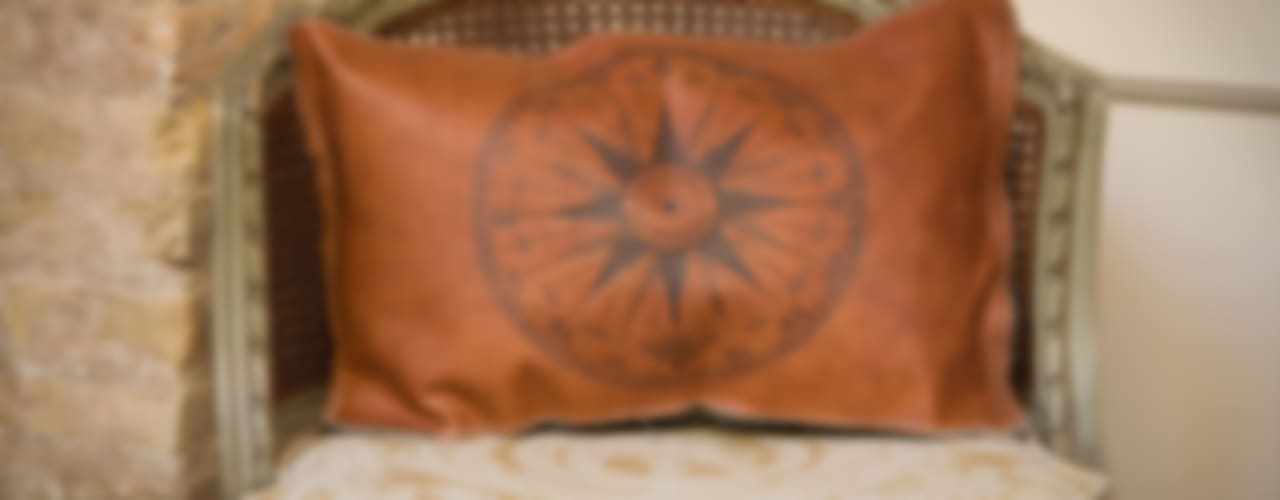 Handmade Leather Cushions de Lu Ink Ecléctico