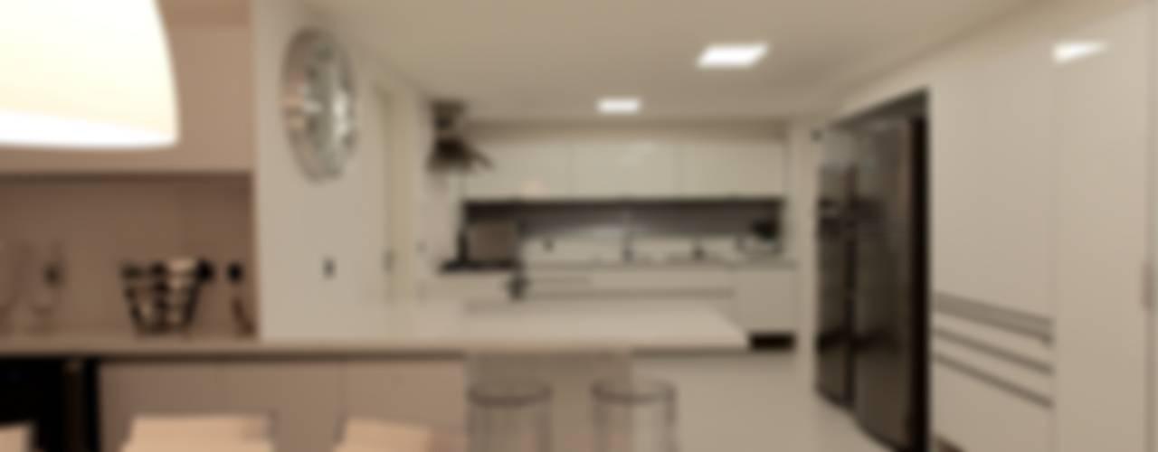 Apartamento Mucuripe: Cozinhas  por Carlos Otávio Arquitetura e Interiores,