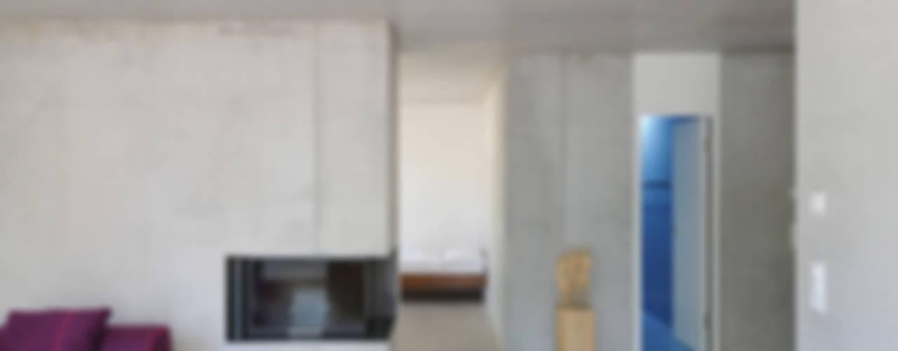 Wohn- und Atelierhaus Mühlestrasse, Edlibach Schweiz Minimalistische Wohnzimmer von amreinherzig Minimalistisch