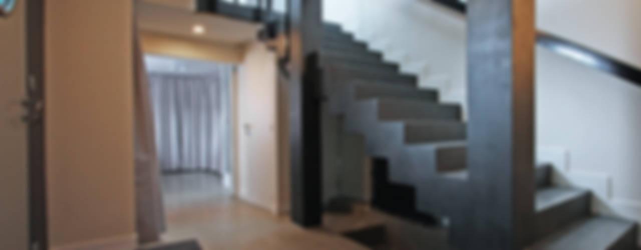 Pavillon transformé en loft Couloir, entrée, escaliers modernes par BuroBonus Moderne
