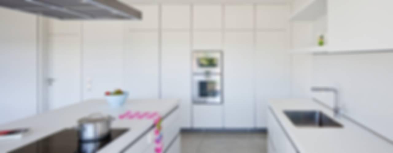 Auf Zukunft gesetzt- Wohnhaus in Bruchsal Moderne Küchen von STIEBEL ELTRON GmbH & Co. KG Modern