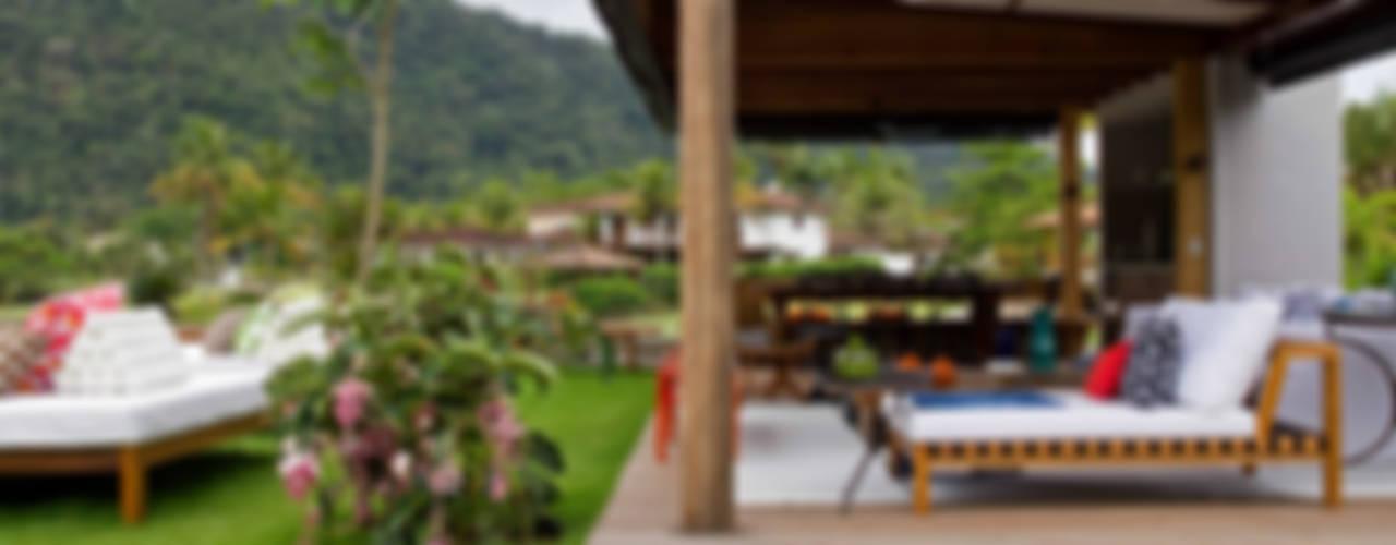 Marilia Veiga Interiores Tropical style balcony, porch & terrace