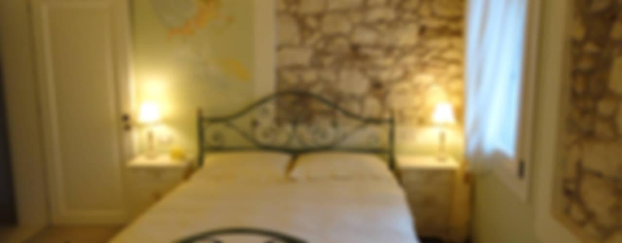 Talamo di Corte Serena Morando - restauro di un immobile storico destinandolo a struttura ricettiva Camera da letto in stile classico di Architetto Teresa Costalunga Classico