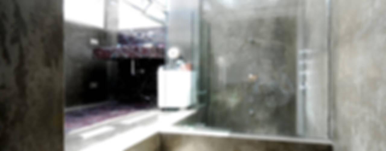 Moderne badkamers van andrea borri architetti Modern