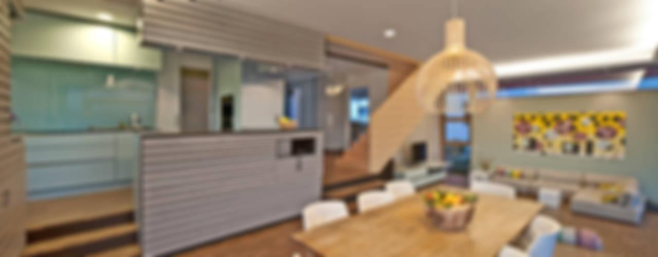 Haus am Hang in Altensteig:  Esszimmer von Kauffmann Theilig & Partner, Freie Architekten BDA