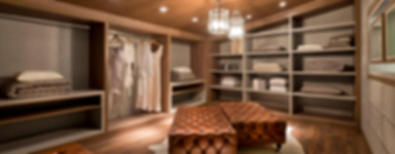 Dressing room by Riskalla & Mueller Arquitetura e Interiores