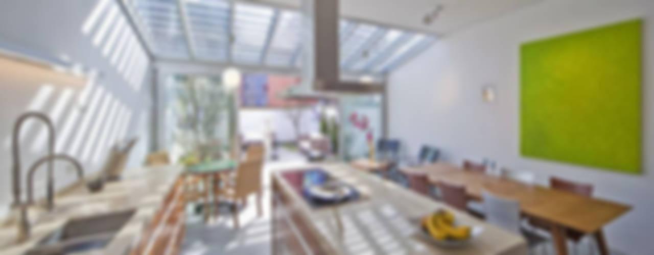 Кухня в тропическом стиле от Florian Eckardt - architectinamsterdam Тропический