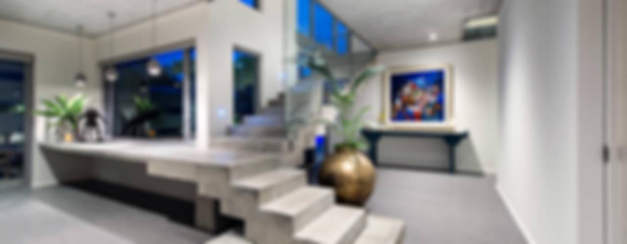 Designer Costal Home Pasillos, vestíbulos y escaleras industriales de D-Max Photography Industrial