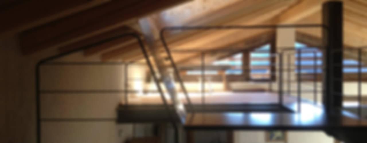 Pasillos, vestíbulos y escaleras de estilo moderno de supercake Moderno