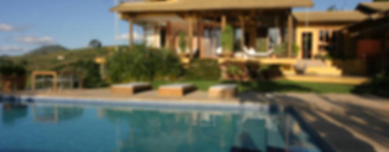 Casas de estilo tropical de Mascarenhas Arquitetos Associados Tropical