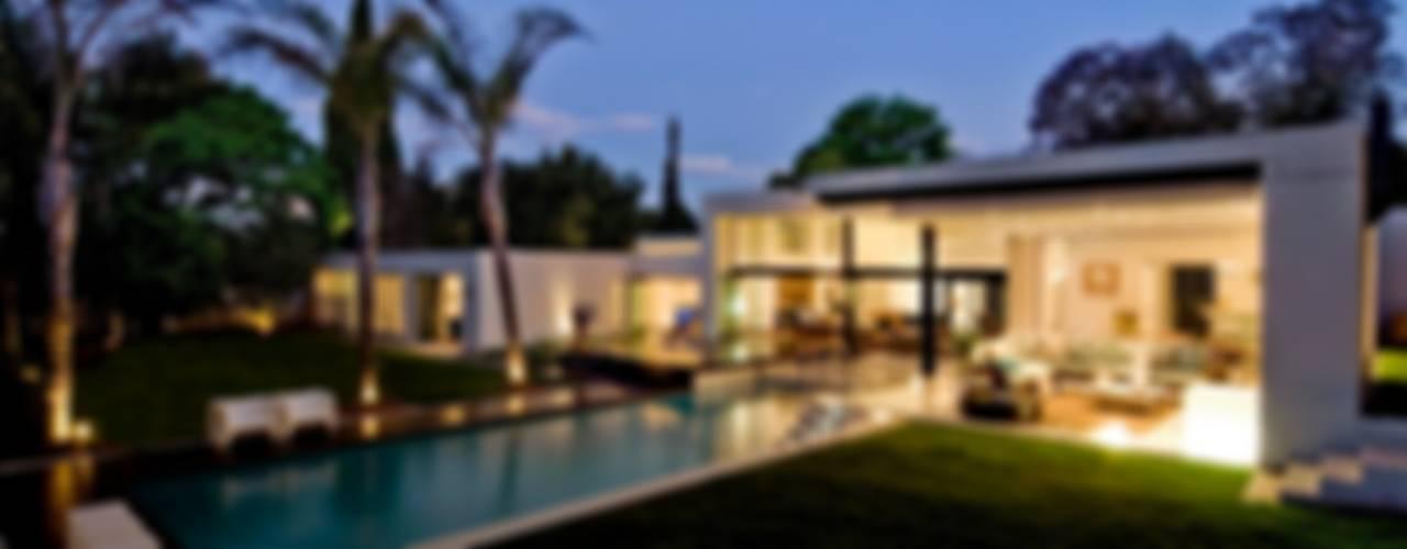 House Mosi Case moderne di Nico Van Der Meulen Architects Moderno
